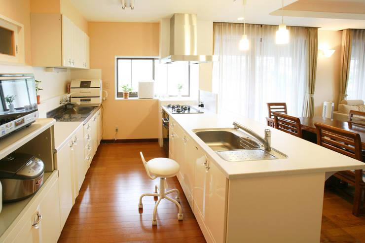 ダイニング リビング キッチン: 吉田設計+アトリエアジュールが手掛けたキッチンです。