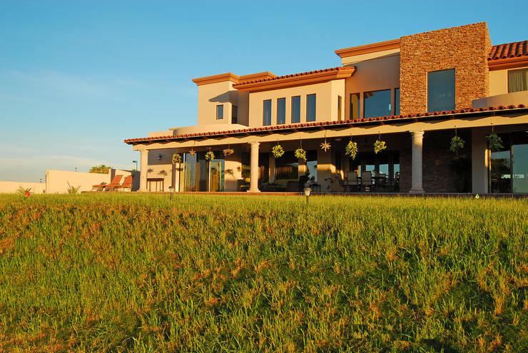 Fachada posterior Atardecer: Casas de estilo  por Acrópolis Arquitectura