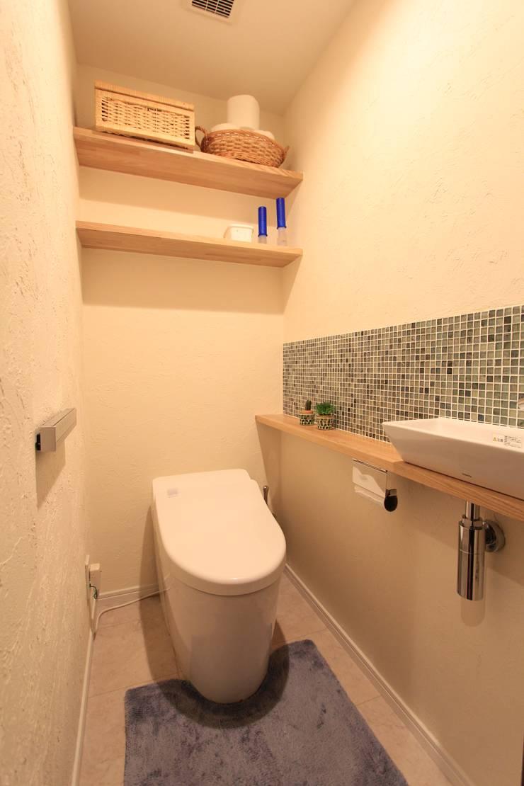 贅沢な大人の箱 I's home: 有限会社横田満康建築研究所が手掛けた洗面所&風呂&トイレです。