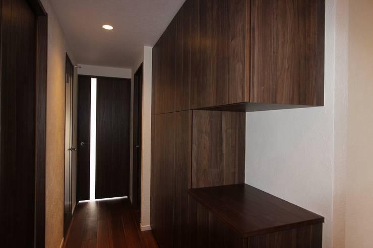 贅沢な大人の箱 I's home: 有限会社横田満康建築研究所が手掛けた玄関&廊下&階段です。