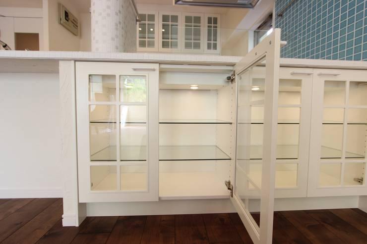 お洒落な大人の空間: 有限会社横田満康建築研究所が手掛けたキッチンです。,