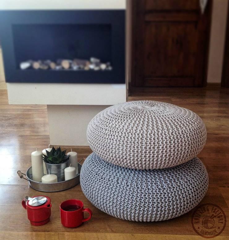 """Poduchy, siedziska , pufy """"  Lotos"""": styl , w kategorii Salon zaprojektowany przez KNITTING FACTORY"""