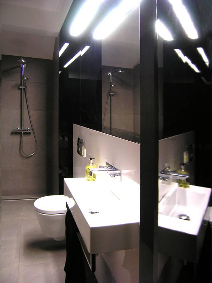 mieszkanie grafitowe : styl , w kategorii Łazienka zaprojektowany przez Archomega,Nowoczesny