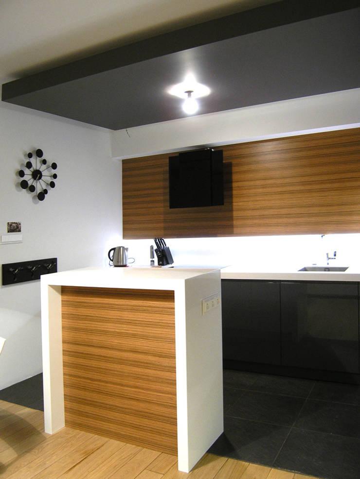 mieszkanie grafitowe : styl , w kategorii Kuchnia zaprojektowany przez Archomega,Nowoczesny