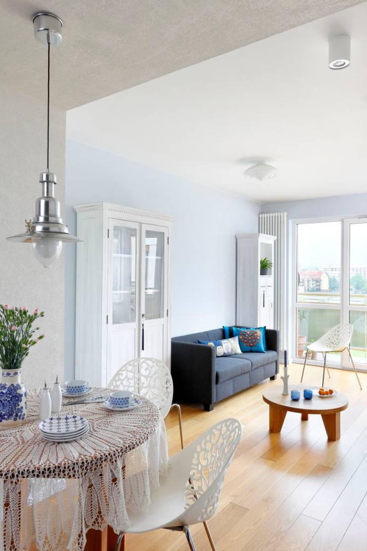 mieszkanie retro : styl , w kategorii Salon zaprojektowany przez Archomega,Nowoczesny