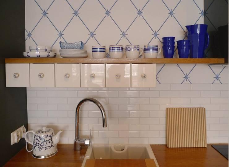 mieszkanie retro : styl , w kategorii Kuchnia zaprojektowany przez Archomega