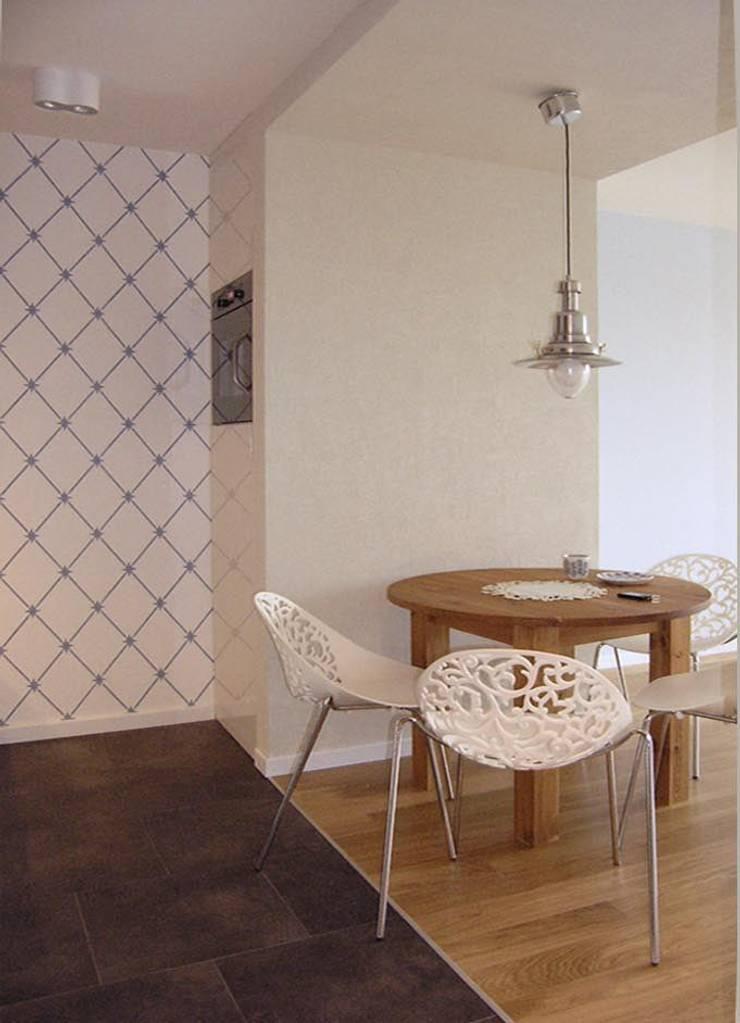 mieszkanie retro : styl , w kategorii Jadalnia zaprojektowany przez Archomega,Nowoczesny