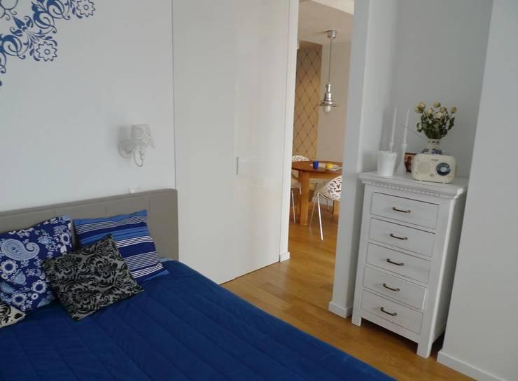mieszkanie retro : styl , w kategorii Sypialnia zaprojektowany przez Archomega,Nowoczesny