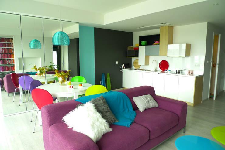 mieszkanie w żywych kolorach : styl , w kategorii Salon zaprojektowany przez Archomega