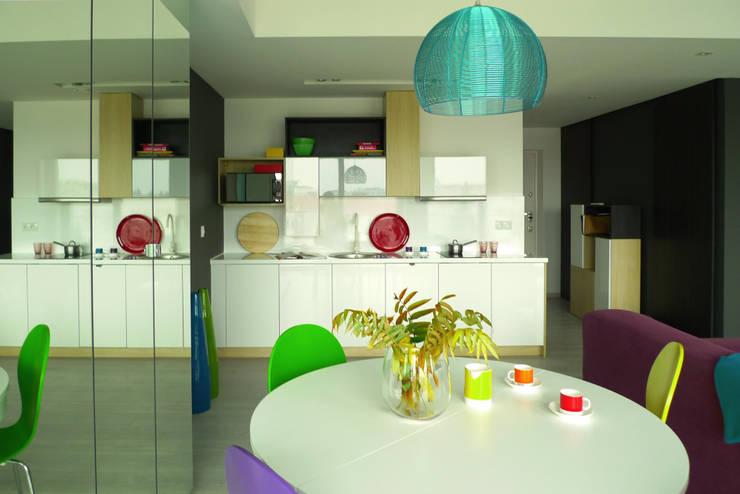 mieszkanie w żywych kolorach : styl , w kategorii Jadalnia zaprojektowany przez Archomega