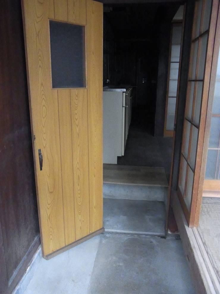 玄関土間(before): Bee design factory  一級建築士事務所が手掛けたです。