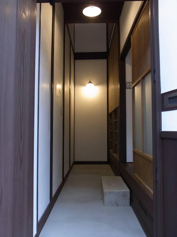 玄関土間(after): Bee design factory  一級建築士事務所が手掛けたです。