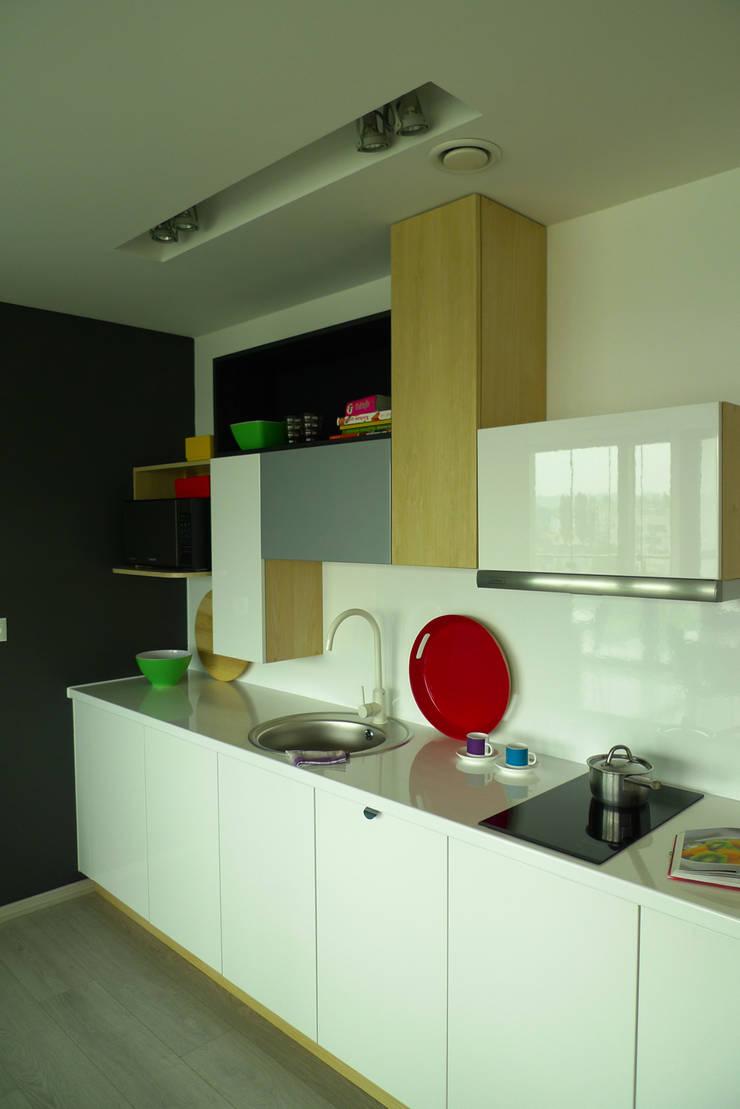 mieszkanie w żywych kolorach : styl , w kategorii Kuchnia zaprojektowany przez Archomega