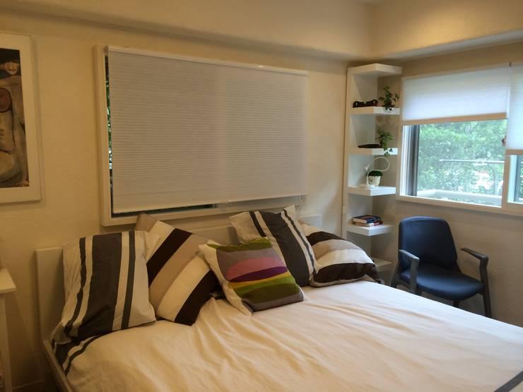 お洒落な大人の空間: 有限会社横田満康建築研究所が手掛けた寝室です。,