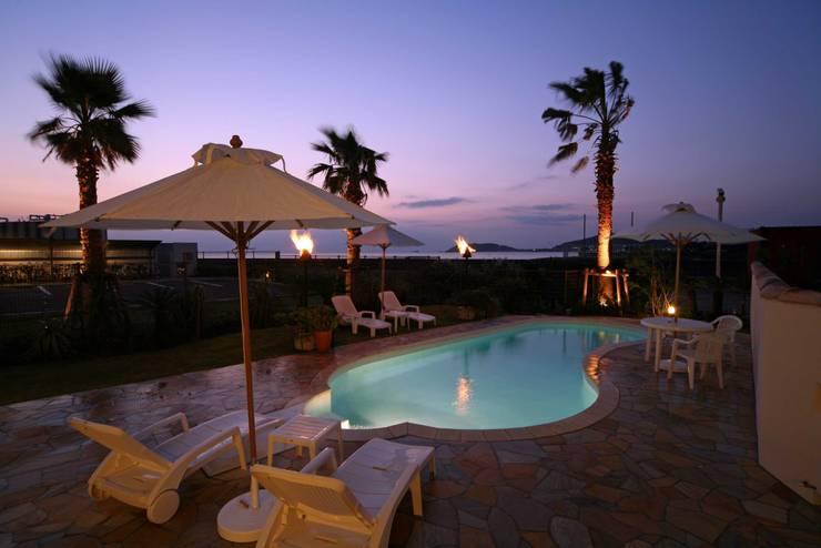 ガス燈とプールと海のある風景: PROSPERDESIGN ARCHITECT OFFICE/プロスパーデザインが手掛けた家庭用プールです。