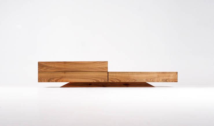 Lowboard 3.2 - solid cherry wood: styl , w kategorii  zaprojektowany przez mazzivo konzept + gestaltung przemysław mitręga,Nowoczesny Drewno O efekcie drewna