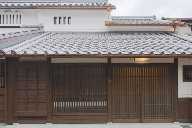 主屋:外観(正面): 一級建築士事務所ささりな計画工房が手掛けた家です。