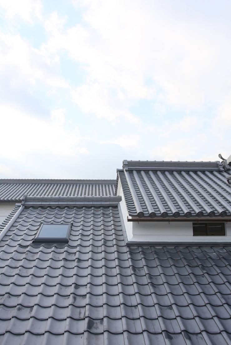 主屋:天窓(外観): 一級建築士事務所ささりな計画工房が手掛けた家です。
