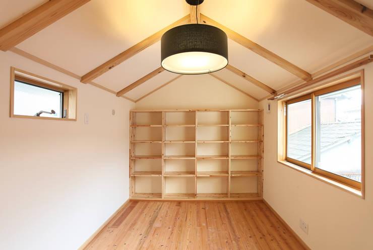 はなれ:内観(2階): 一級建築士事務所ささりな計画工房が手掛けた寝室です。