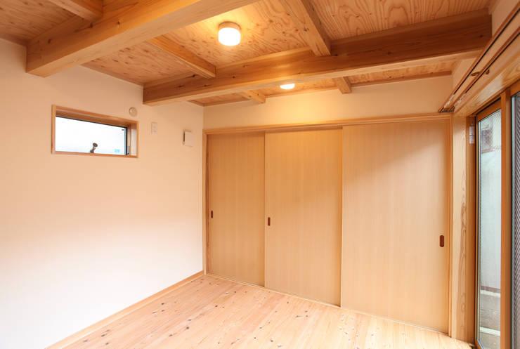 はなれ:内観(1階): 一級建築士事務所ささりな計画工房が手掛けた寝室です。