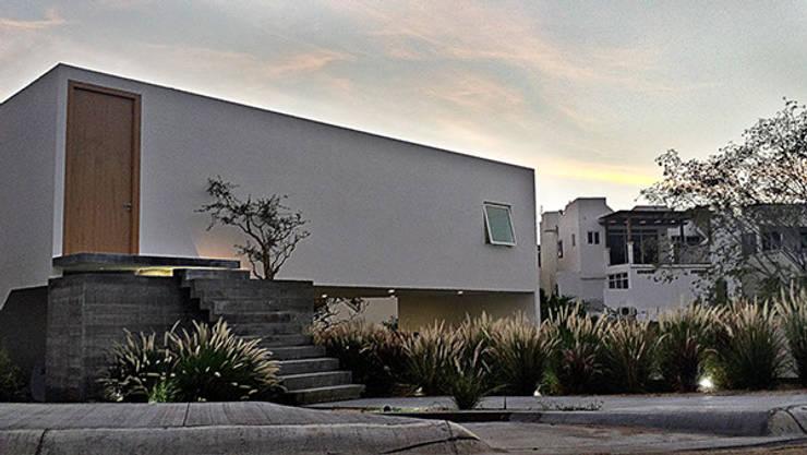Casa CB125: Casas de estilo  por Velazco & Rodriguez