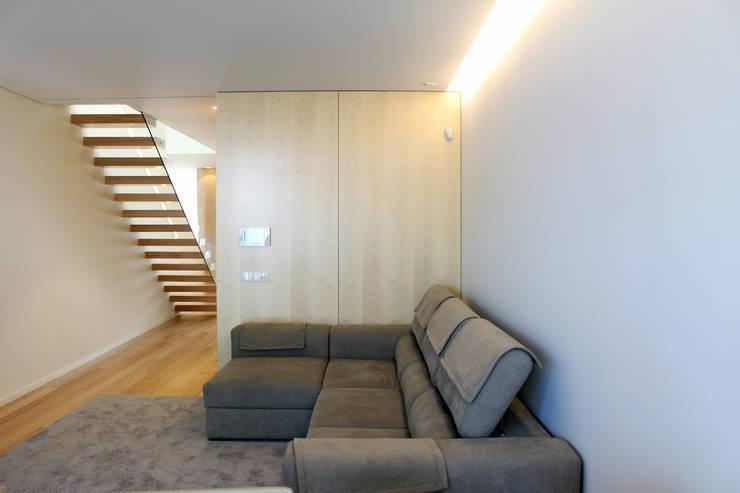 HOUSE NM_PÓVOA DE VARZIM_2015: Salas de estar  por PFS-arquitectura