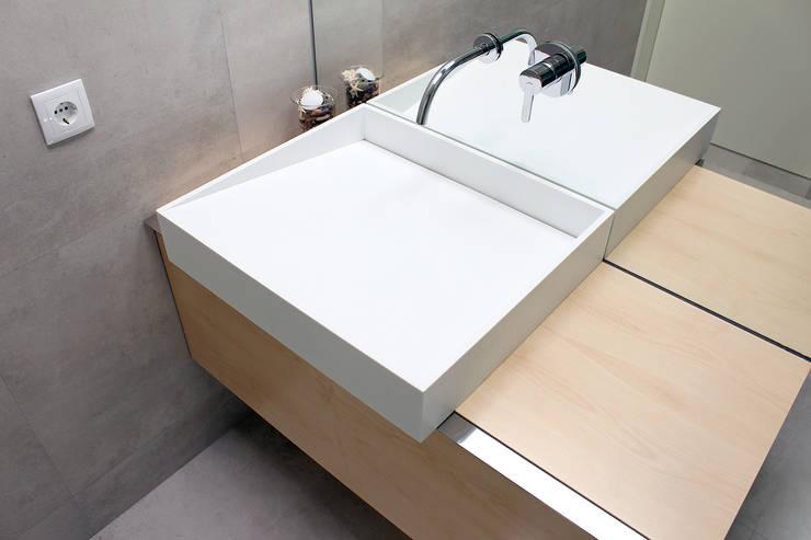 HOUSE NM_PÓVOA DE VARZIM_2015: Casas de banho minimalistas por PFS-arquitectura