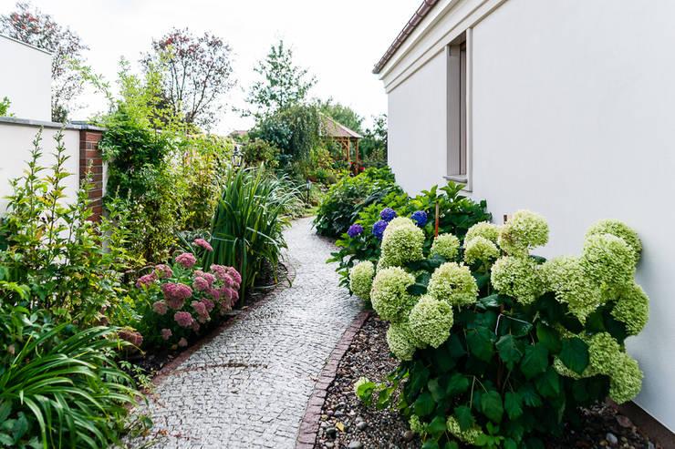 Jardines de estilo  por Gzowska&Ossowska Pracownie Architektury Wnętrz