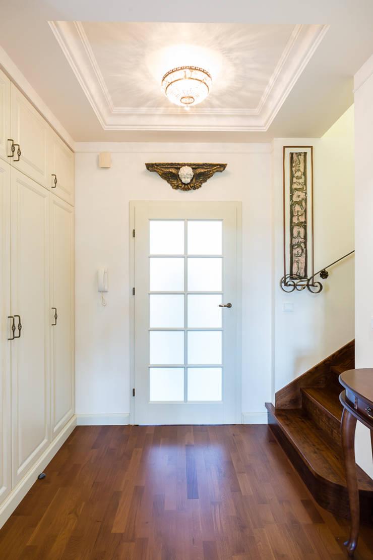 Dom w Bielicach: styl , w kategorii Korytarz, przedpokój zaprojektowany przez Gzowska&Ossowska Pracownie Architektury Wnętrz,Klasyczny