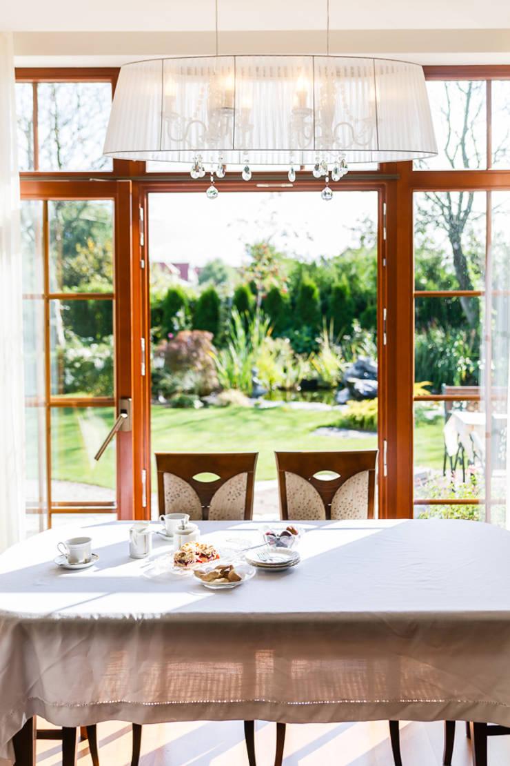 Dom w Bielicach: styl , w kategorii Jadalnia zaprojektowany przez Gzowska&Ossowska Pracownie Architektury Wnętrz,Klasyczny