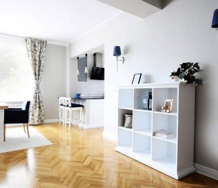 Dom w stylu amerykańskim - salon: styl , w kategorii Salon zaprojektowany przez IDeALS | interior design and living store