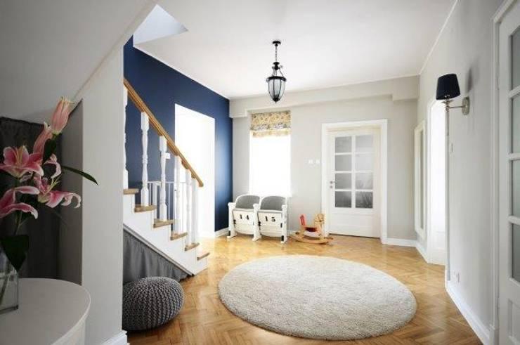 Dom w stylu amerykańskim - hol: styl , w kategorii Korytarz, przedpokój zaprojektowany przez IDeALS | interior design and living store