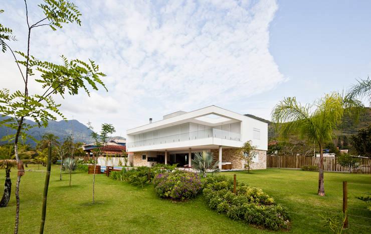 Casa Guaecá : Casas  por Conrado Ceravolo Arquitetos,Moderno