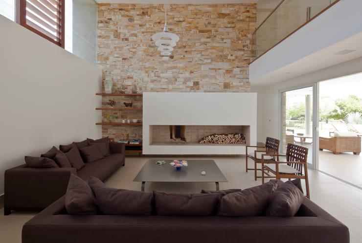 Casa Guaecá : Salas de estar  por Conrado Ceravolo Arquitetos