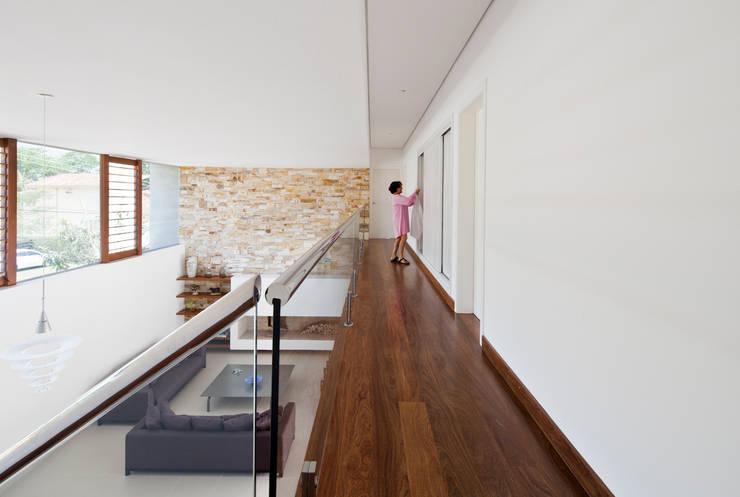 Casa Guaecá : Corredores e halls de entrada  por Conrado Ceravolo Arquitetos