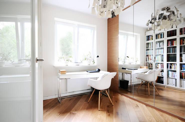 Mieszkanie? Naturalnie! - biuro: styl , w kategorii Domowe biuro i gabinet zaprojektowany przez IDeALS | interior design and living store