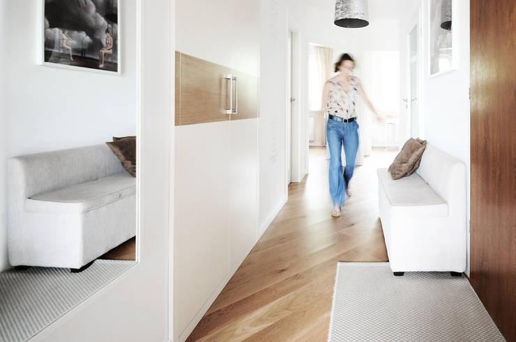 ห้องโถงทางเดินและบันไดสมัยใหม่ โดย IDEALS . marta jaślan interiors โมเดิร์น