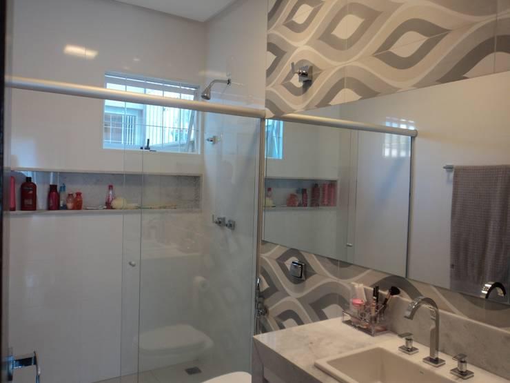 Banho Suíte: Banheiros  por Edifique Arquitetura & Interiores,Moderno
