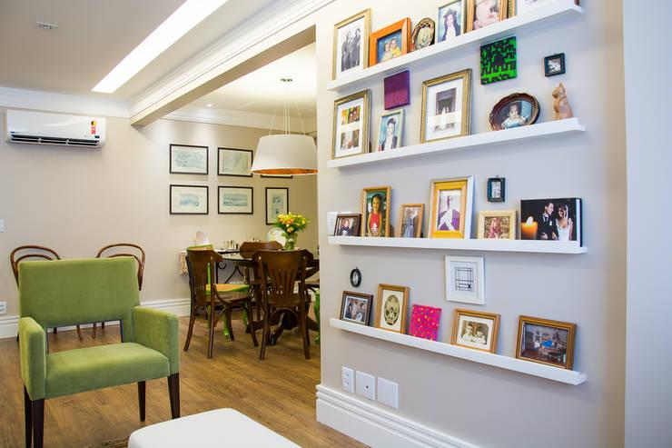Parede de memórias: Salas de estar  por Leticia Sá Arquitetos