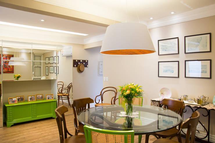 Jantar verde e neutro: Salas de jantar  por Leticia Sá Arquitetos