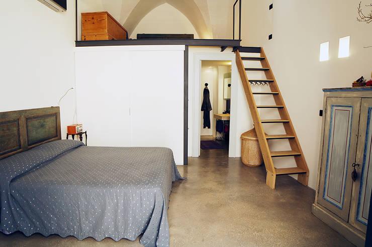 Casa Incorciata: Camera da letto in stile  di Ossigeno Architettura