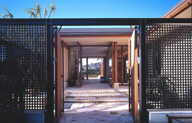 披露山のゲストハウス: 小林福村設計事務所/KOBAYASHIFUKUMURA ARCHITECTSが手掛けた家です。,
