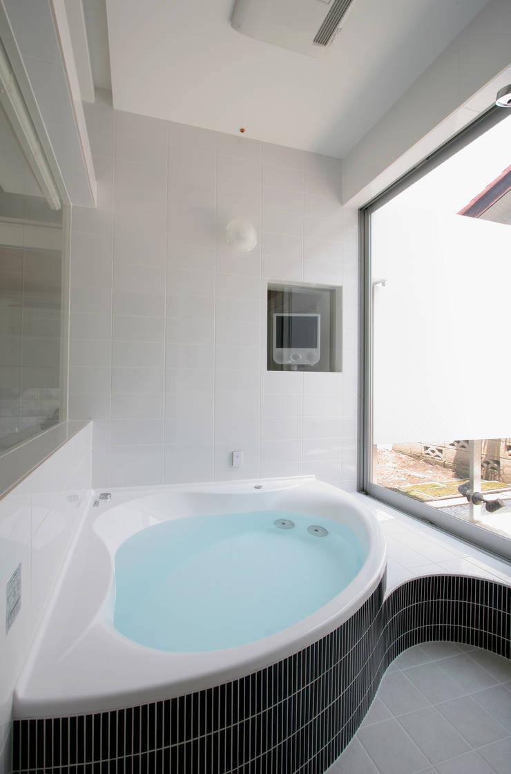 White Cube House: K. Shindo Architects and Associatesが手掛けた浴室です。