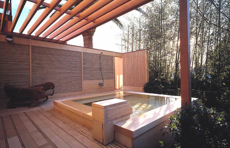 Piscinas  por 小林福村設計事務所/KOBAYASHIFUKUMURA ARCHITECTS