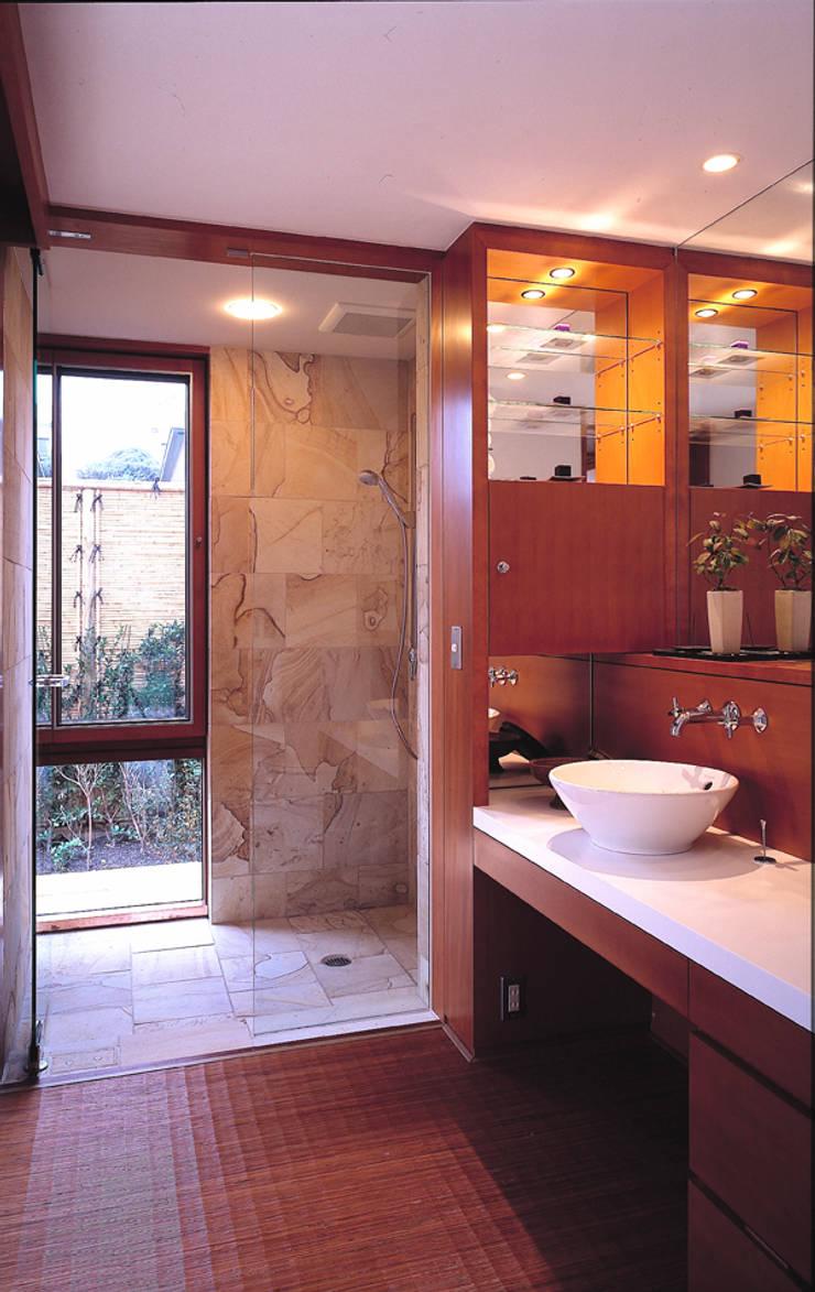 披露山のゲストハウス: 小林福村設計事務所/KOBAYASHIFUKUMURA ARCHITECTSが手掛けた浴室です。,