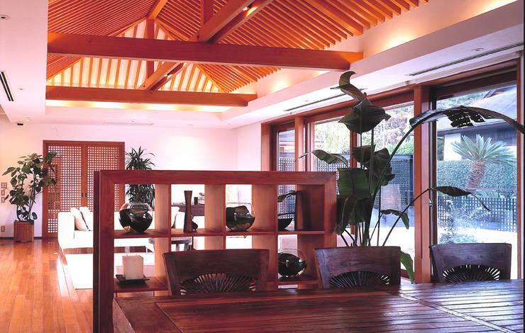 披露山のゲストハウス: 小林福村設計事務所/KOBAYASHIFUKUMURA ARCHITECTSが手掛けたリビングです。,