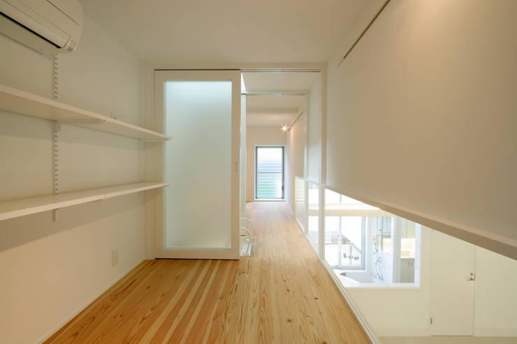 White Cube House: K. Shindo Architects and Associatesが手掛けたリビングです。