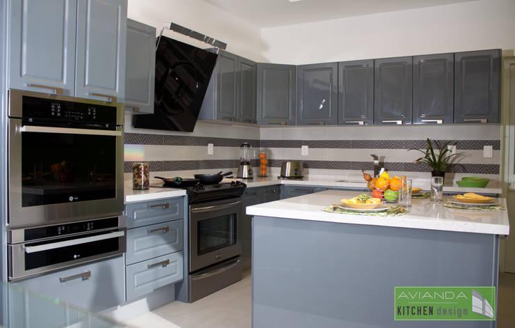 Cocina gris equipada: Cocinas de estilo  por Avianda Kitchen Design