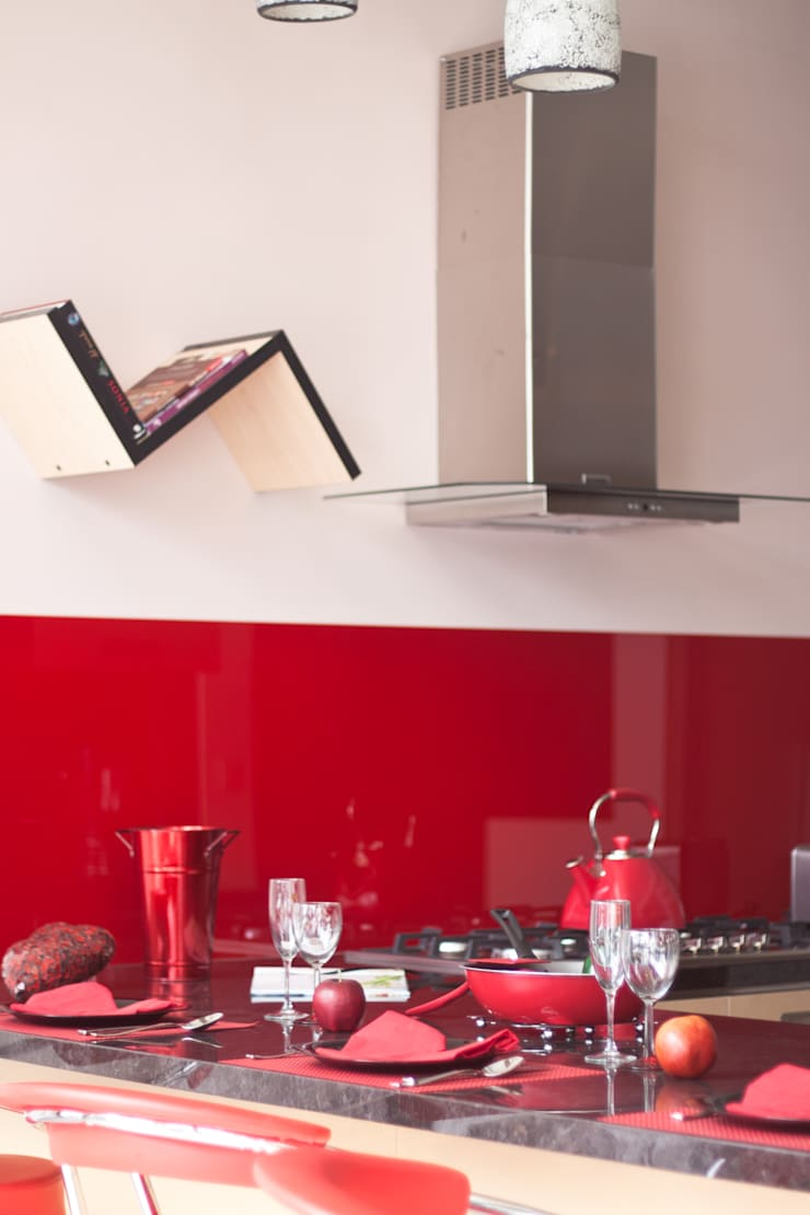 Cocina Acrílico Rojo : Cocinas de estilo  por Avianda Kitchen Design