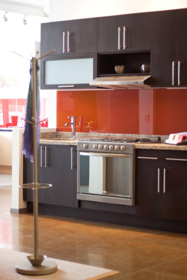 Showroom: Cocinas de estilo  por Avianda Kitchen Design